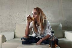 Het droevige gedeprimeerde alcoholische gedronken vrouw drinken thuis in het misbruik en het alcoholisme van de huisvrouwenalcoho royalty-vrije stock fotografie