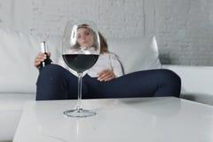 Het droevige gedeprimeerde alcoholische gedronken vrouw drinken thuis in het misbruik en het alcoholisme van de huisvrouwenalcoho stock foto