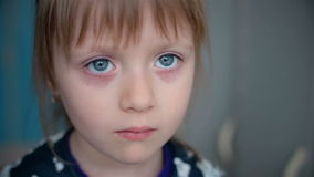 Het droevige gezicht van een klein meisje stock video