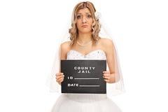 Het droevige jonge bruid stellen voor een mokschot Royalty-vrije Stock Foto's