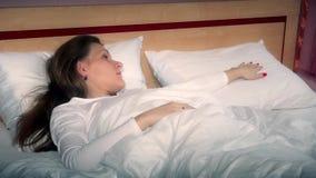 Het droevige kielzog van de vrouwenvrouw omhoog alleen in bed en aanrakingshoofdkussen stock video