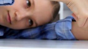 Het droevige Kind, Bored Meisje het Spelen Vingers op Bureau, beklemtoonde Ongelukkig Jong geitje Bestuderend niet stock video
