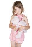 Het droevige Kind dat van de Blonde haar Teddybeer houdt Stock Afbeeldingen