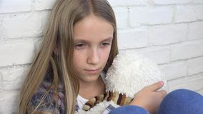 Het droevige Kind, Ongelukkig Jong geitje, beklemtoonde Ziek Meisje in Depressie, Zieken Misbruikte Persoon stock videobeelden