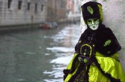 Het droevige masker die tegen een muur, in mooi Venetië, naast een kanaal leunen royalty-vrije stock foto's
