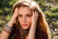 Het droevige meisje dient haarclose-up in Stock Foto's