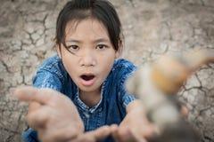 Het droevige meisje wil wat water op barstgrond drinken royalty-vrije stock foto