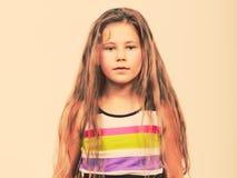 Het droevige ongelukkige portret van het meisjejonge geitje Stock Afbeeldingen