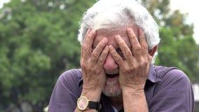 Het droevige Oude Mens Schreeuwen stock video