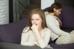 Het droevige teleurgestelde vrouw denken aan scheiding na strijd met husb royalty-vrije stock afbeeldingen