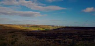 Het droge bergenland in de blauwe hemel stock fotografie