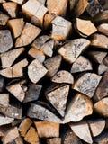 Het droge brandhout stapelt niemand op achtergrond Royalty-vrije Stock Fotografie