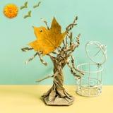 Het droge esdoornblad als vogel vloog uit kooi Fotografisch verhaal, pari royalty-vrije stock afbeeldingen