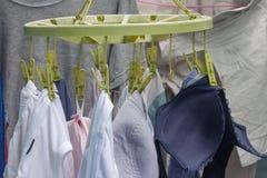 Het droge ondergoed of kledings hangen royalty-vrije stock afbeeldingen
