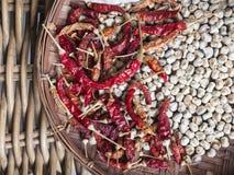 Het droge Spaanse peper en Knoflook Aziatische ingrediënt van het kruidvoedsel in Mand Royalty-vrije Stock Foto