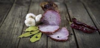 Het droge varkensvleesvlees met Spaanse peperspeper, knoflook en laurierblad op houten lijst Royalty-vrije Stock Foto's