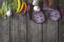 Het droge varkensvleesvlees met Spaanse peperspeper, knoflook en laurierblad op houten lijst Stock Fotografie