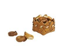 Het drogen, ongezuurde broodjes, mand, isoleert, witte achtergrond Royalty-vrije Stock Foto