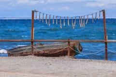 het drogen van pijlinktvis bij blauwe Egeïsche overzees in Griekenland Stock Fotografie