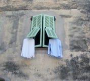 Het drogen vers waste wasserij buiten het venster Stock Fotografie