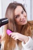 Het drogende haar van de vrouw Stock Afbeeldingen