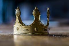 Het dromen over macht kan met het creëren van een valse, plastic gouden kroon beëindigen royalty-vrije stock foto's