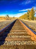 Het dromen van de toekomst aan het eind van een solitair spoorwegspoor stock afbeelding