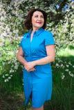Het dromen van midden oude vrouw in de zomertuin royalty-vrije stock afbeelding
