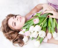 Het dromen van mooi jong meisje met boeketbloemen Royalty-vrije Stock Afbeeldingen