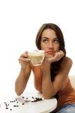 Het dromen van mooie vrouw met een kop cappuccino's Stock Foto