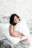 Het dromen van ontspannen vrouw die hoofdkussen koesteren Stock Afbeeldingen