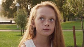 Het dromen van roodharig meisje met sproeten kijkt omhoog op zonnige de zomerdag stock video