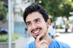 Het dromen van Spaanse kerel in de stad Royalty-vrije Stock Afbeeldingen