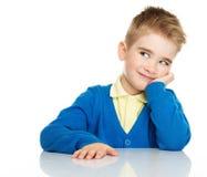 Het dromen van weinig jongen in blauwe cardigan royalty-vrije stock foto's