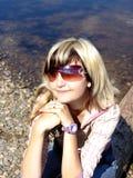 Het dromende meisje bij de rivier Royalty-vrije Stock Afbeeldingen