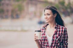 Het dromerige romantische ontspannen jonge meisje heeft een thee en het lopen I royalty-vrije stock foto
