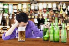 Het dronken bier van de mensenholding royalty-vrije stock foto