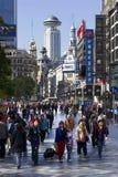 Het drukke bedrijfsdistrict van Nanjing Road Wes Stock Afbeeldingen