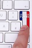 Het drukken bidt voor het teken van Parijs op sleutel met de vlag van Frankrijk Royalty-vrije Stock Fotografie