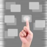 Het drukken van de hand een touchscreen knoop Stock Fotografie