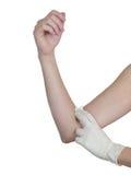 Het drukken van de hand gaas op wapen na het beheer van een injectie. Stock Fotografie