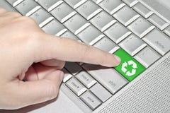 Het drukken van de hand op groene kringlooptekenknoop Stock Fotografie