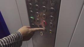 Het drukken van de knoop van de lift stock videobeelden