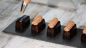 Het drukken van de room op de cakes Heerlijke die yummy room op de cakes wordt gedrukt Het maken van modern Frans dessert stock video