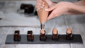 Het drukken van de room op de cakes Heerlijke die yummy room op de cakes wordt gedrukt Het maken van modern Frans dessert stock footage