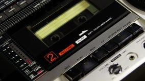 Het drukken van een van het Vingerspel en Einde Knoop op een Bandrecorder stock video