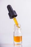 Het druppelbuisje met CBD-olie, cannabis leeft geïsoleerde harsextractie Stock Foto's