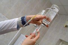 Het druppelbuisje voor intraveneuze injectie royalty-vrije stock fotografie