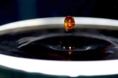 Het druppeltje van de koffie in een mok Royalty-vrije Stock Afbeeldingen