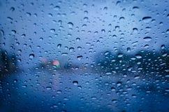 Het druppeltje van de regen op een glas Stock Foto